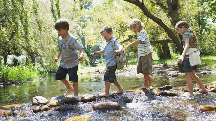 Kinder spielen am Fluss; Foto: © corbisrffancy - Fotolia.com