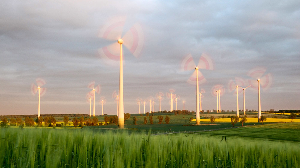 Landschaft mit Windrädern; Foto: Lars Schmidt / Wind farm in sunset / CC BY-NC-ND 2.0 / flickr.com