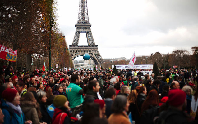 Demonstration auf der COP21 in Paris 2015; Foto: Luka Tomac / CC BY-NC-ND 2.0 / FoEI